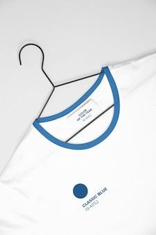 Camiseta branca em maquete de cabide