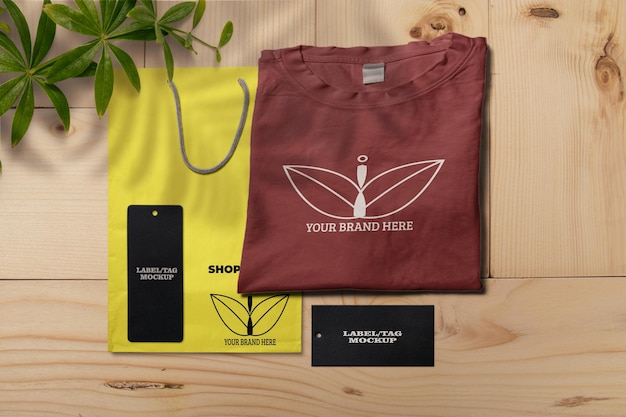 Camiseta com etiqueta e maquete de bolsa de compras