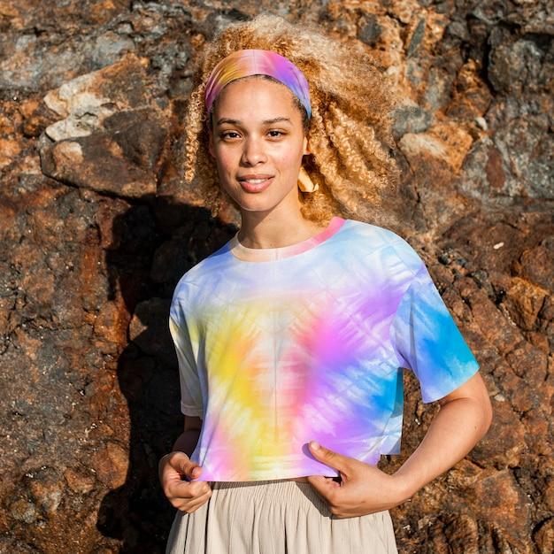 Camiseta feminina colorida com estampa tie dye