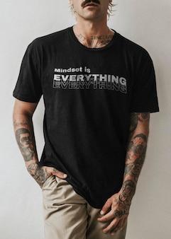 Camiseta preta masculina psd em modelo tatuado