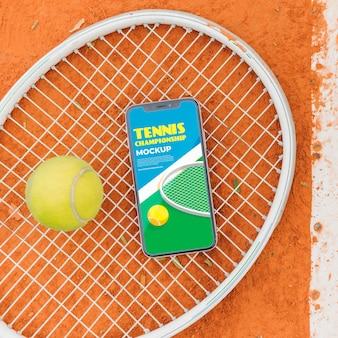 Campo de tênis com maquete da tela do telefone e bola