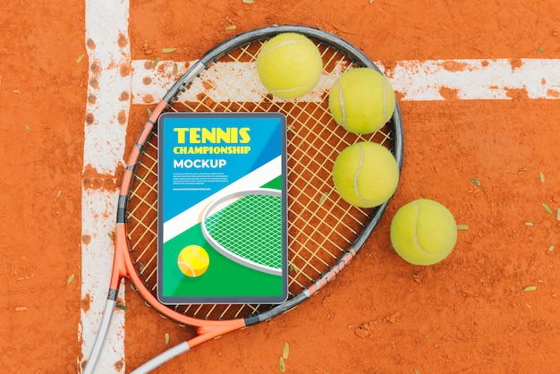 Campo de tênis com maquete de tela do celular e bolas