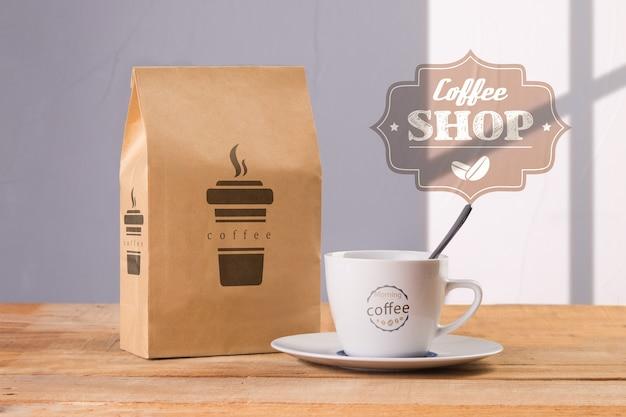 Caneca de café com maquete de saco de café