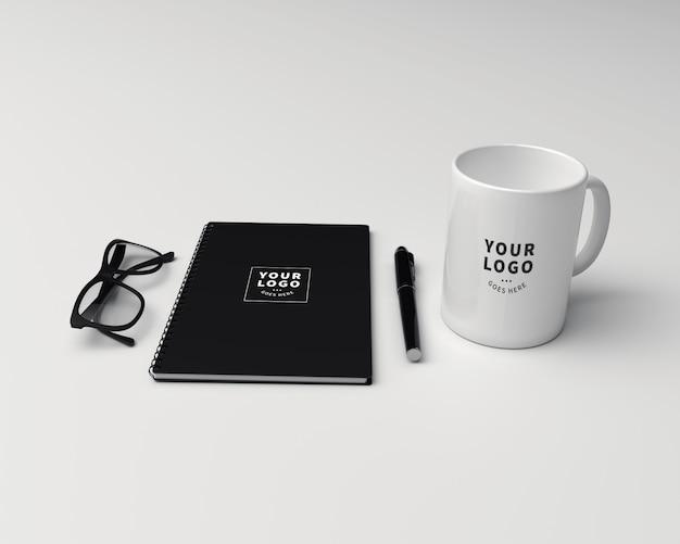 Caneca de café com modelo de nota de bloco