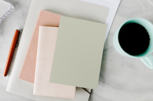 Caneca de café por uma maquete de notebook