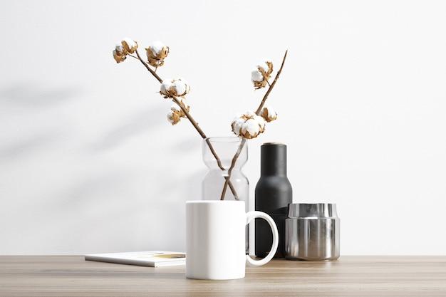 Caneca de cerâmica e planta de algodão dentro do vaso