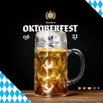 Caneca de cerveja deliciosa oktoberfest em uma tabela