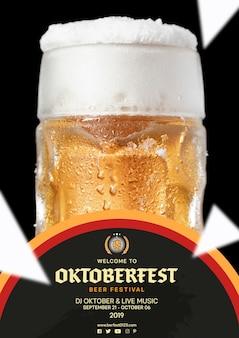 Caneca de cerveja oktoberfest close-up com espuma