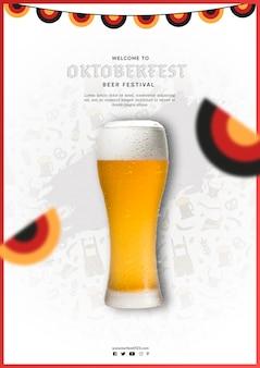Caneca de cerveja oktoberfest com bandeiras coloridas