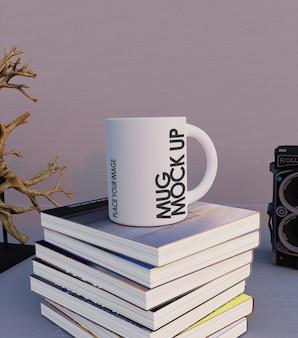 Caneca mock-up em cima de livros logotipo etiqueta ou adesivo decalque