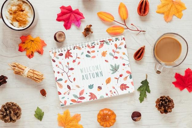 Canecas com chocolate quente para a temporada de outono