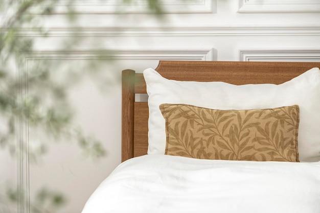 Capa de almofada maquete psd em uma cama
