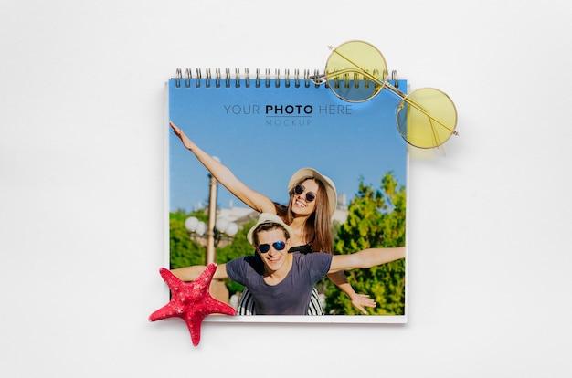 Capa de casal feliz do conceito de viagens de bloco de notas