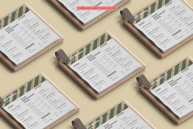 Cardápios de comida quadrados em uma maquete de padrão de placa de madeira
