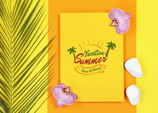 Carta amarela de maquete de verão com folhas de palmeira e flores