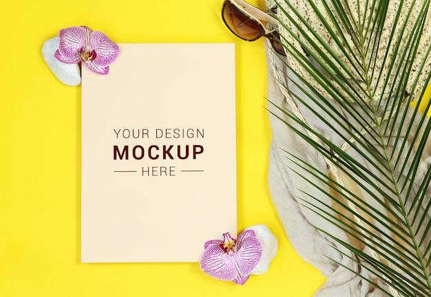 Carta de maquete amarela com folhas de palmeira