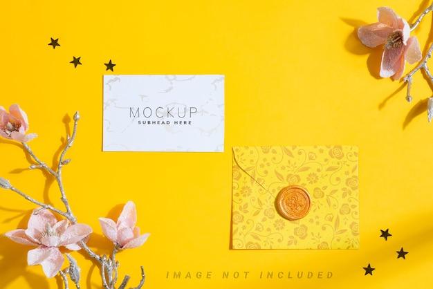 Carta de maquete de parabéns com cartões e flores.