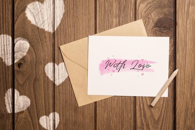 Carta de maquete e envelope em madeira