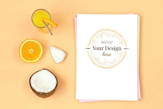 Carta de maquete em fundo laranja com suco, coco e frutas cítricas