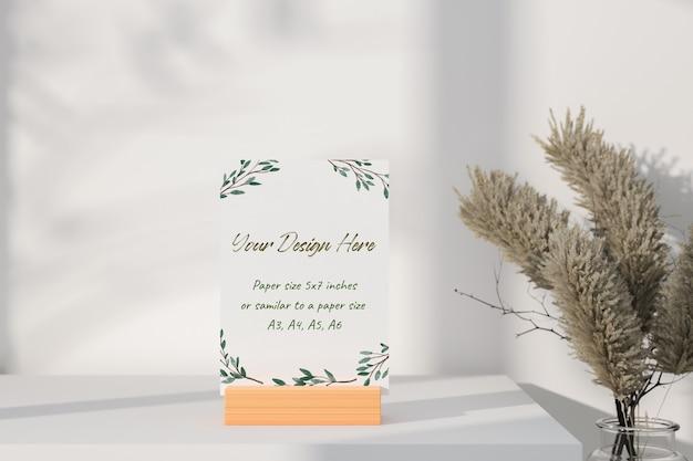 Cartão branco de maquete em pé na mesa