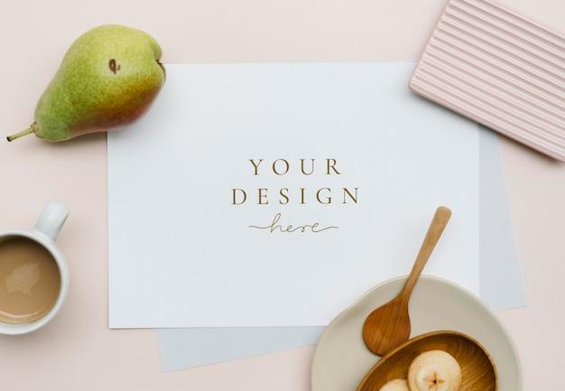 Cartão branco em uma mesa rosa pastel