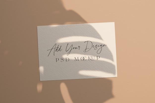 Cartão branco maquete sobreposição de sombra monstera leaves