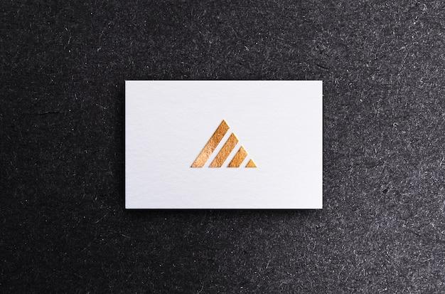 Cartão branco mock up com efeito de gravação e debossing de folha de ouro e prata, psd premium