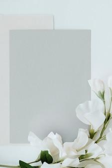 Cartão cinza em branco com maquete do modelo de ervilha-de-cheiro