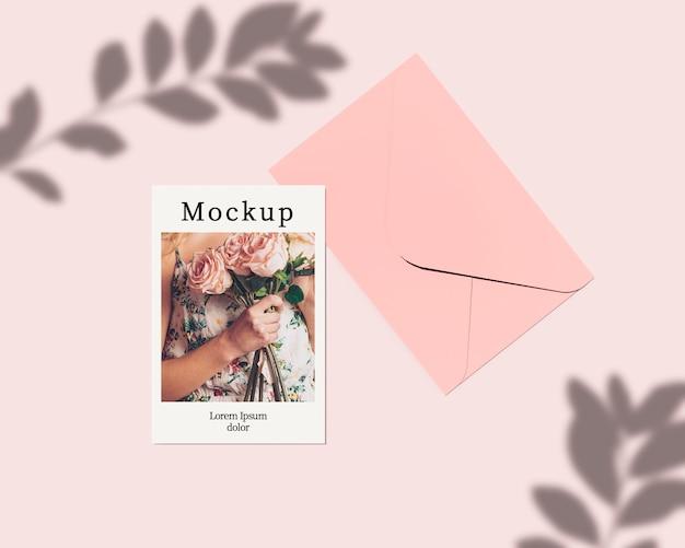 Cartão com envelope e folhas de sombra
