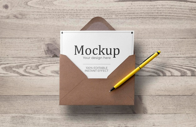 Cartão com envelope flutuante sobre modelo de superfície de madeira