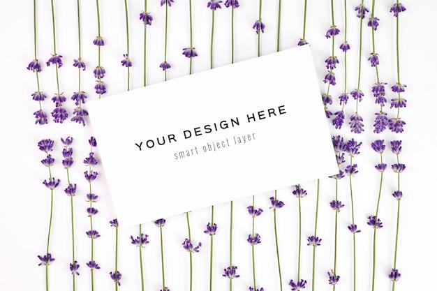 Cartão com flores frescas de lavanda natural