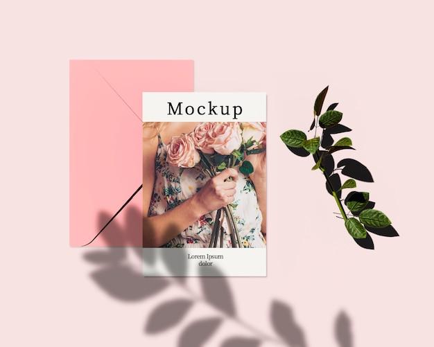 Cartão com sombra de folhas