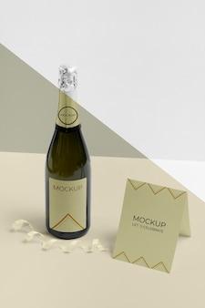 Cartão de alta vista com maquete de garrafa de champanhe