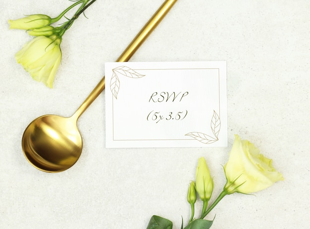 Cartão de casamento de maquete com colher de ouro sobre fundo cinza