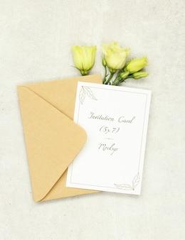 Cartão de convite de maquete com envelope e rosas brancas