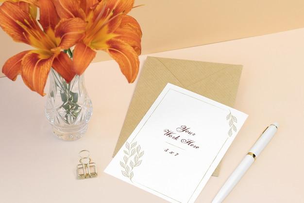Cartão de convite de maquete com envelope