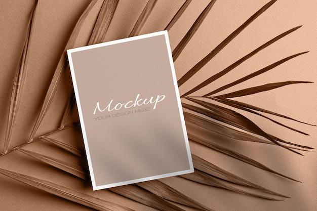 Cartão de convite ou maquete de panfleto com folha de palmeira seca