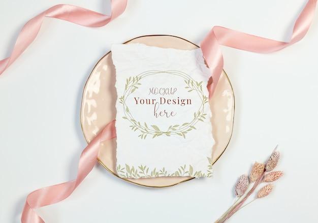 Cartão de convite vintage de maquete sobre fundo branco com fita rosa e cottonweed