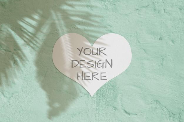 Cartão de coração moderno e elegante ou convite simulado acima com sombra tropical da palma