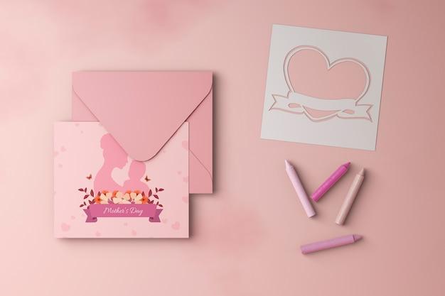 Cartão de dia das mães e envelope com maquete