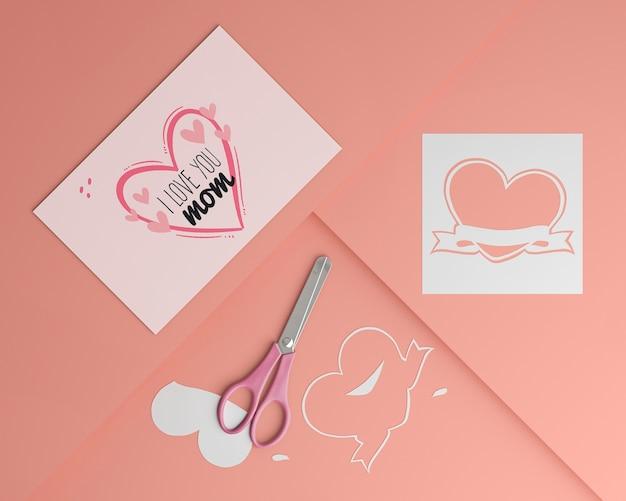 Cartão de dia das mães e tesoura com maquete
