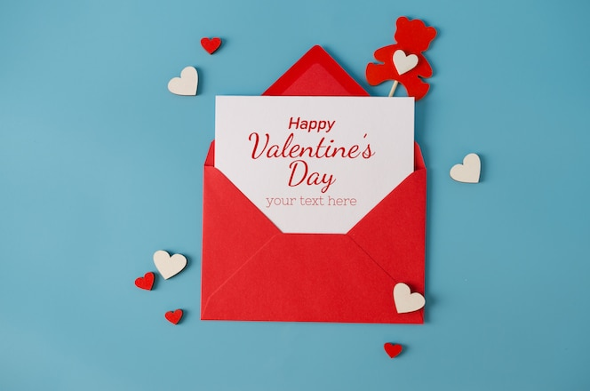 Cartão de dia dos namorados. Envelope vermelho com cartão em branco. Vista superior com espaço para seus cumprimentos.