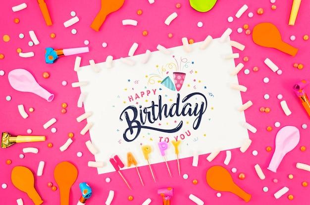 Cartão de feliz aniversário com maquete