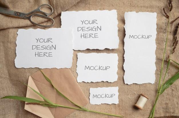 Cartão de maquete cartão ou convite de casamento com bordas irregulares com ervas, carretel vintage em bege