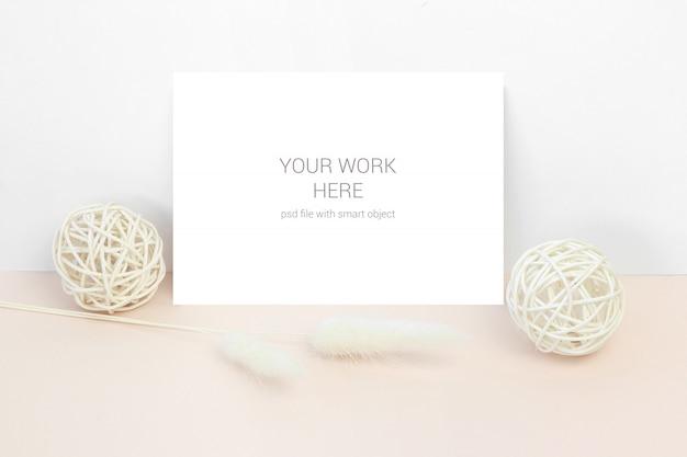 Cartão de maquete com bolas de madeira e flores secas