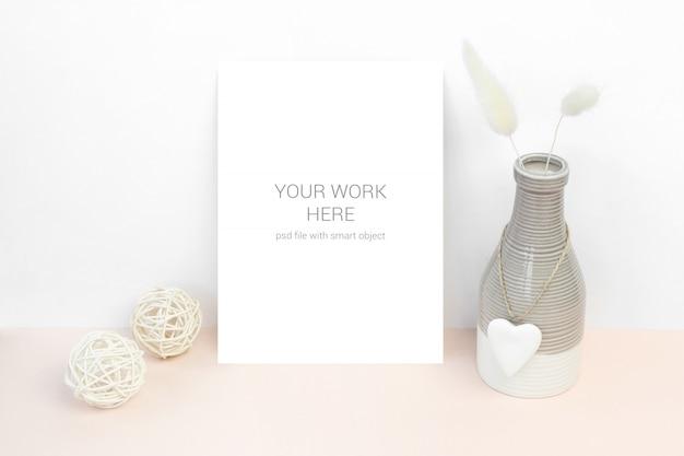 Cartão de maquete com tigela e bolas de madeira