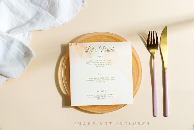 Cartão de maquete de convite de casamento em um prato