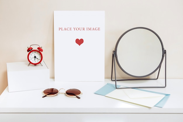 Cartão de maquete em uma mesa branca, mesa de maquiagem feminina, criador de cena