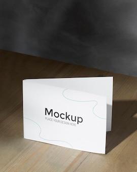 Cartão de maquete na mesa com sombras