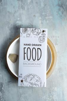 Cartão de menu de brochura em um prato.